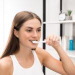 Aparat ortodontyczny a demineralizacja zębów – jak pozbyć się plamek na zębach?
